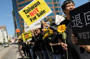 Taiwanese_student_movement_supporters_in_Los_Angeles_2