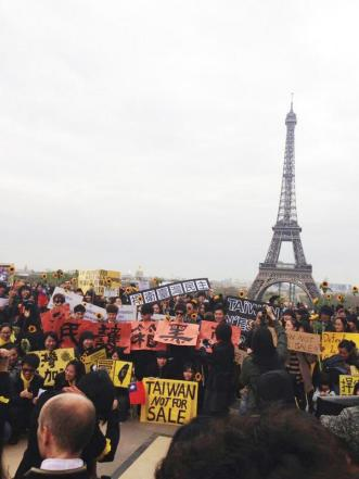 Overseas Taiwanese holding signs in Paris